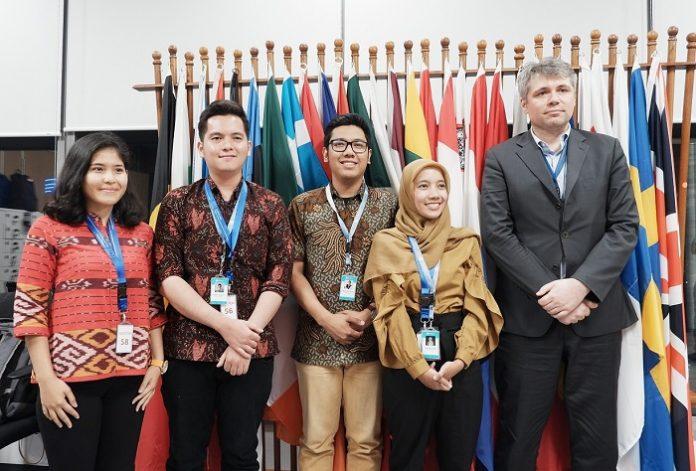 Michael Bucki (paling kanan), Konselor Perubahan Iklim dan Lingkungan Hidup Delegasi Uni Eropa untuk Indonesia, bersama tim ICEF 2019. Foto : EUPOP