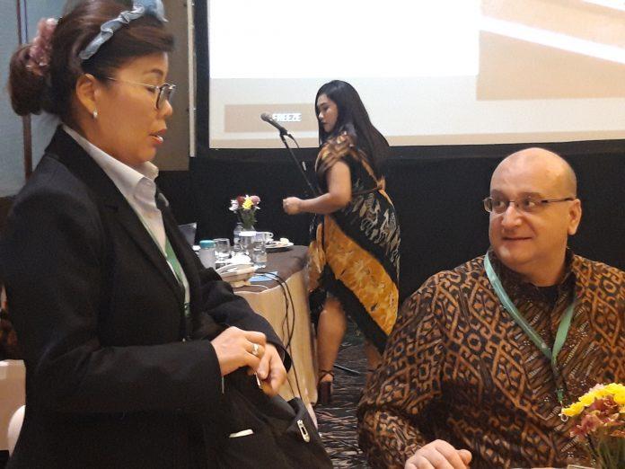 Director of Tropical Peat Research Laboratory Unit (TPRL) Malaysia Lulie Melling (kiri) mengingatkan, Pemerintah Indonesia harus berani melawan hegemoni masyarakat Barat yang terus menerus memojokkan Indonesia terkait dengan pemanfaaaan lahan gambut dan kebakaran. Foto : Istimewa