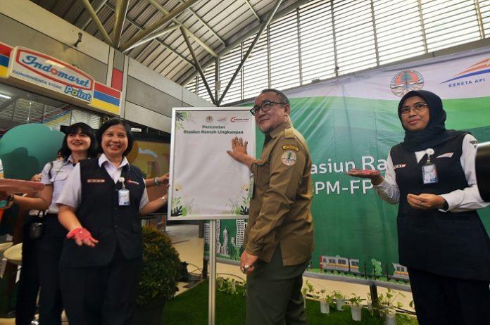 Kepala Pusat Standardisasi Lingkungan dan Kehutanan (Kapustanling) Nur Adi Wardoyo (kedua dari kanan), mewakili Sekretaris Jenderal KLHK, ikut meresmikan Stasiun Ramah Lingkungan. Foto : KLHK