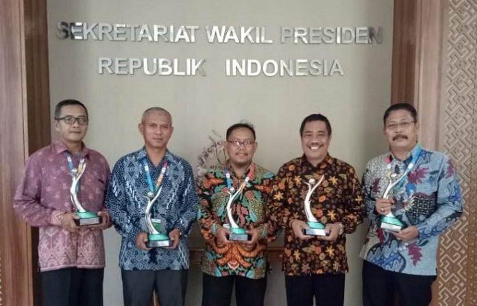 Perwakilan Anak Usaha Astra Agro Lestari Tbk menerima penganugerahan Proper 2019 dari Kementerian Lingkungan Hidup dan Kehutanan (KLH) di Istana Wakil Presiden, Jakarta.. Foto : Astra Agro