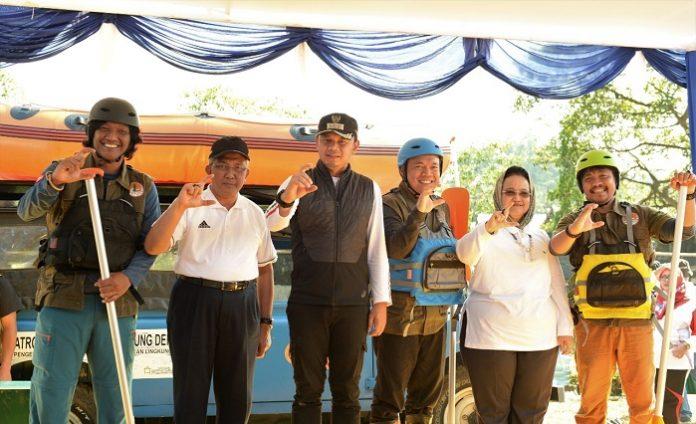 Direktur Jenderal PPKL M.R Karliansyah (kedua dari kiri) bersama Wali Kota Bogor Bima Arya (ketiga dari kiri) memimpin kegiatan Bebersih Sungai Ciliwung. Foto: KLHK