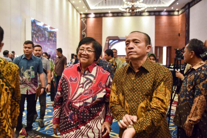 Menteri Lingkungan Hidup dan Kehutanan Siti Nurbaya Bakar dan Sekretaris Jenderal LHK Bambang Hendroyono sosialisasikan RUU Omnibus Law Cipta Kerja Lingkugan Hidup dan Kehutanan. Foto: KLHK