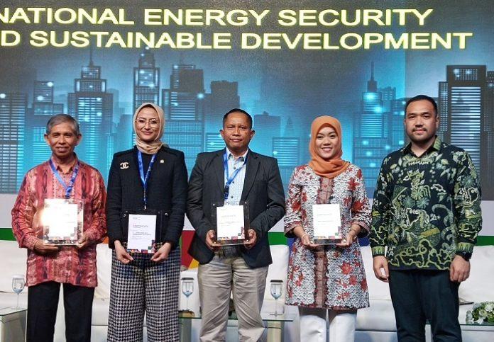 Direktur Environment Institute Mahawan Karuniasa (tengah) transisi energi menuju energi terbarukan perlu berjalan inklusif dengan melibatkan para pihak dan sejalan dengan pola pembangunan berkelanjutan dalam Jakarta Energy Forum 2020. Foto: Wisesa/TROPIS.CO