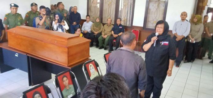 Menteri Lingkungan Hidup dan Kehutanan Siti Nurbaya Bakar melepas kepergian putera dan puteri KLHK. Foto: KLHK