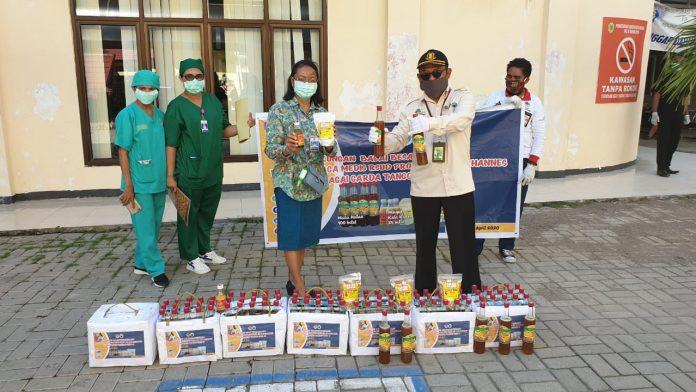BBKSDA telah memberikan sedikitnta 100 botol madu hutan, 25 botol sirih hutan dan 78 bungkus kacang mete. Foto: KLHK
