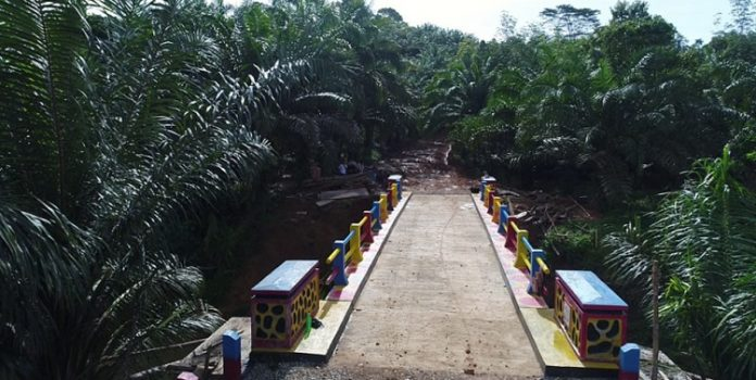 Pengecatan rangka jembatan menjadi salah kegiatan dalam padat karya tunai (PKT) untuk masyarakat di tengah pandemi Covid-19. Foto: Kementerian PUPR