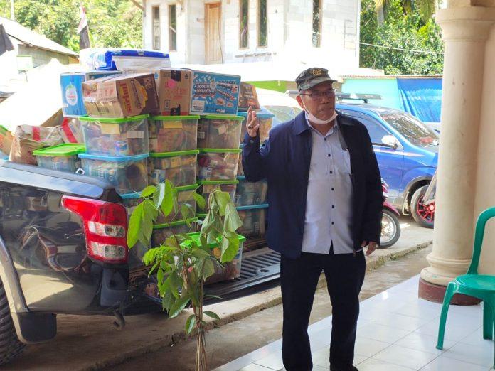 Direktur Perbenihan Tanaman Hutan Ditjen Pengendalian DAS dan Hutan Lindung, Mintarjo saat menyerahkan bantuan dari Menteri Siti Nurbaya untukkorban banjir dan longsof Desa Harkatjaya Kabupaten Bogor. Foto: KLHK
