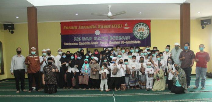 Forum Jurnalis Sawit (FJS) bersama Gabungan Industri Kelapa Sawit Indonesia (Gapki) memberikan santunan kepada santunan anak yatim piatu di Panti Asuhan Al Mukhlisin, Cibubur, Jakarta Timur. Foto: FJS