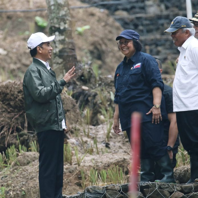 Menteri LHK Siti Nurbaya menilai keberhasilan mengurangi emisi ini tidak terlepas dari komitmen, dukungan, dan upaya korektif pemerintah secara kolektif di bawah kepemimpinan Presiden Joko Widodo. Foto: KLHK