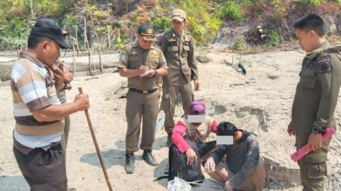 Petugas tengah mengamankan tersangka RAN dan HAN saat melakukan penambangan ilegal di kaki gunung Menumbil, Bangka Barat, kemarin kasus ini mulai disidangkan di Pengadilan Negeri Mentok, Bangka Barat.