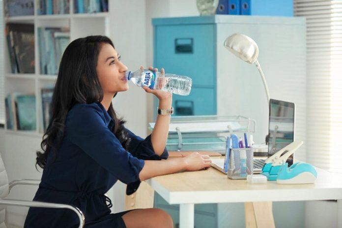 Meski kebutuhan hidrasi setiap orang bervariasi tergantung pada banyak faktor, namun orang dewasa sehat dan aktif pada umumnya membutuhkan sekitar dua liter air setiap harinya dan secara sederhana kita dapat memenuhinya dengan empat botol air mineral ukuran 600 mililiter. Foto: Danone-AQUA