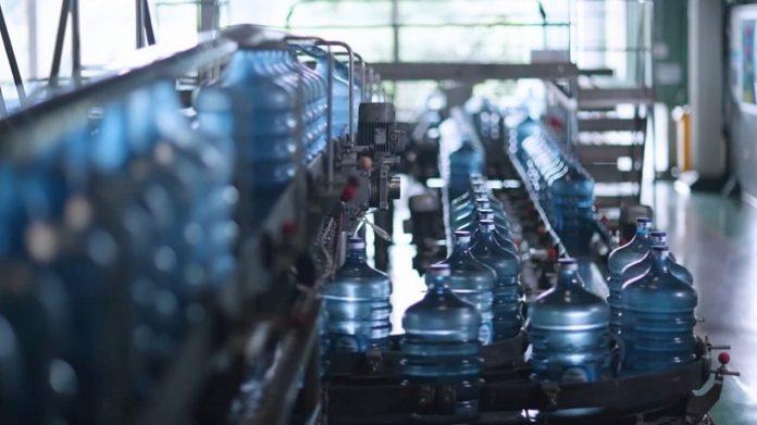 Kemasan galon guna ulang milik Danone AQUA keamanannya terjamin oleh proses higienis yang ketat dan semuanya terstandarisasi oleh Badan Pengawas Obat dan Makanan (BPOM). Foto: Danone AQUA