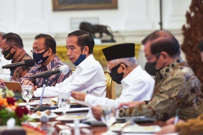 Presiden Joko Widodo memimpin Rapat Terbatas (Ratas) untuk mengantisipasi kebakaran hutan dan lahan di Istana Merdeka, Jakarta. Foto: Setkab