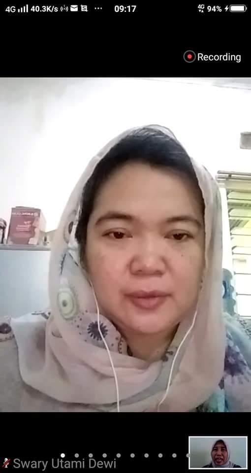 Swary Utami Dewi mengulas buku inspiratif berjudul Sustainable Me karya Wendy Aritenang Yazid. Foto: Istimewa
