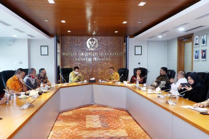 Ketua MPR RI Bambang Soesatyo menilai kehidupan harmonis yang ada di masyarakat adat menjadi inspirasi bagi bangsa Indonesia pada umumnya bahwa kemajemukan bukanlah alasan perpecahan. Foto: Istimewa