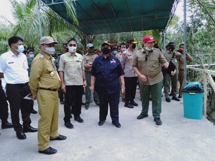 Menteri LHK Siti Nurbaya sangat mengapresiasi keberhasilan KTH Gempa 01 dalam melestarikan hutan mangrove sekaligus memberikan nilai tambah ekomoni bagi masyarakat setempat. Foto: KLHK