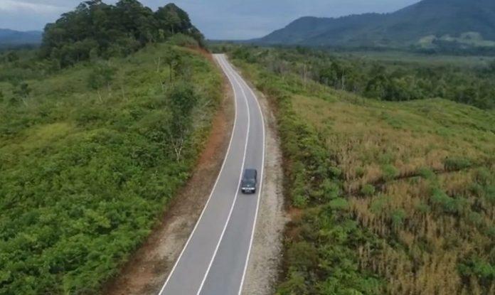 Jalan paralel perbatasan Kalimantan Barat - Malaysia memiliki panjang 811,32 kilometer yang terbagi menjadi dua yakni 607.81 kilometer berstatus jalan non nasional dan 203,51 kilometer jalan nasional. Foto: Kementerian PUPR