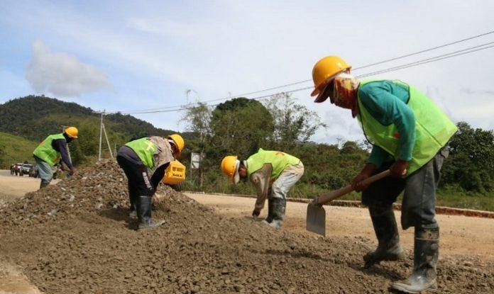Pembangunan infrastruktur jalan tersebut bertujuan untuk meningkatkan konektivitas antarwilayah atau membuka akses daerah terisolir, juga sebagai pemerataan hasil-hasil pembangunan di luar Pulau Jawa, terutama di daerah perbatasan. Foto: Kementerian PUPR