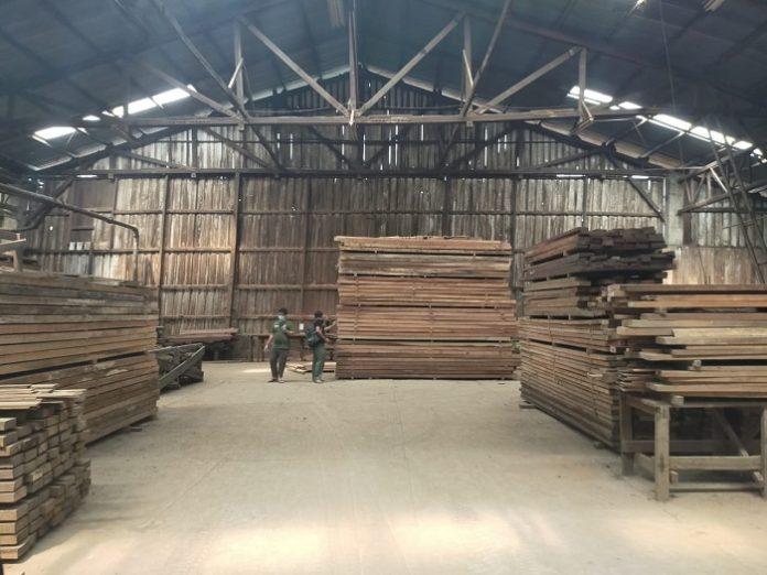 Direktorat Jenderal Penegakkan Hukum (Gakkum) Kementerian Lingkungan Hidup dan Kehutanan melakukan operasi penindakan terkait peredaran kayu ilegal yang berasal dari Provinsi Jambi dengan tujuan Tangerang Provinsi Banten, Selasa (4/8/2020). Foto: KLHK