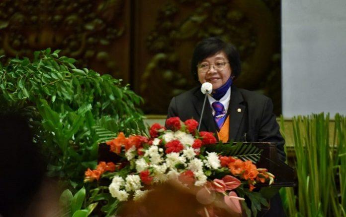 Menteri Lingkungan Hidup dan Kehutanan (KLHK) Siti Nurbaya berharap Pengukuhan Insinyur Profesional ini mampu mendukung akselerasi program profesi insinyur yang sangat strategis di era persaingan global saat ini, terutama Badan Kejuruan Teknik Kehutanan (BKTH) yang paling depan harus mengaktulisasikan hal tersebut. Foto: KLHK