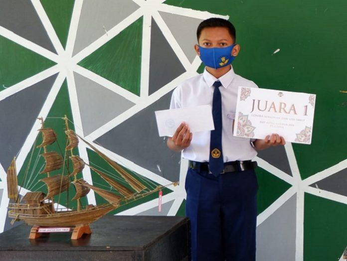 Dial Faqih Fauzi jadi juara Lomba Kerajinan Lidi Kelapa Sawit. Foto: Astra Agro