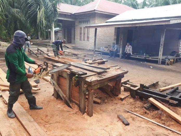 Tim Operasi Gabungan berhasil mengamankan dan menghancurkan ±17 m3 kayu ilegal serta mesin pengolahan kayu di tiga sawmill penampung kayu ilegal. Foto: KLHK