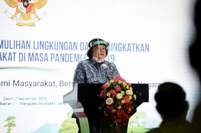 Menteri Lingkungan Hidup dan Kehutanan Siti Nurbaya menyatakan bahwa seluruh kebijakan yang diterapkan oleh pemerintah, khususnya melalui Kementerian Lingkungan Hidup dan Kehutanan (KLHK) sepenuhnya diorientasikan pada pemenuhan kebutuhan rakyat dengan tetap mengedepankan pada perlindungan dan perbaikan lingkungan. Foto: KLHK