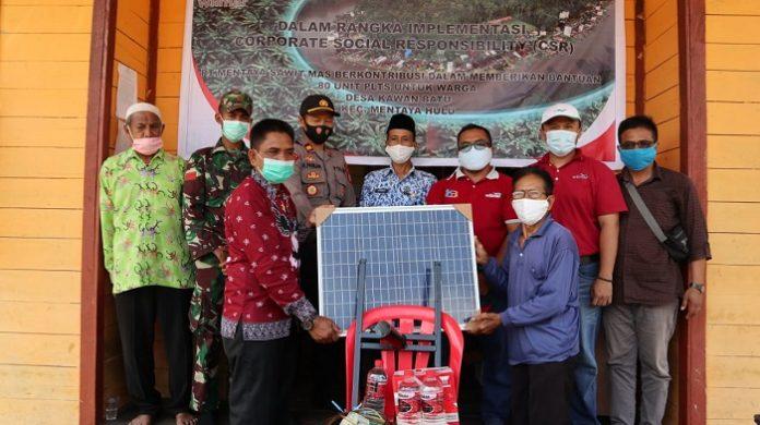 PT Mentaya Sawit Mas (MSM), anak perusahaan Wilmar Group, kembali menyerahkan bantuan 80 unit Pembangkit Listrik Tenaga Surya (PLTS) kepada masyarakat Desa Kawan Batu, Kabupaten Kotawaringin Timur, Kalimantan Tengah. Foto: Wilmar