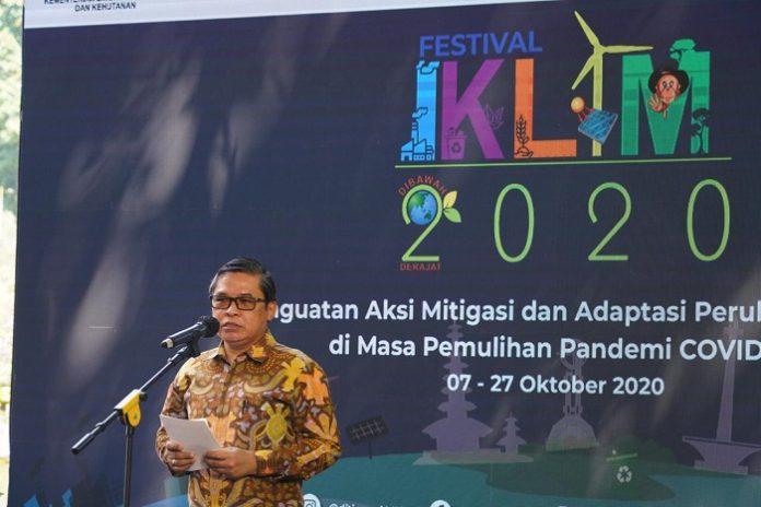 Wakil Menteri (Wamen) Lingkungan Hidup dan Kehutanan (LHK), Alue Dohong, yang mewakili Menteri LHK Siti Nurbaya membuka secara resmi Festival Iklim Tahun 2020, Rabu (7/10/2020). Foto: KLHK
