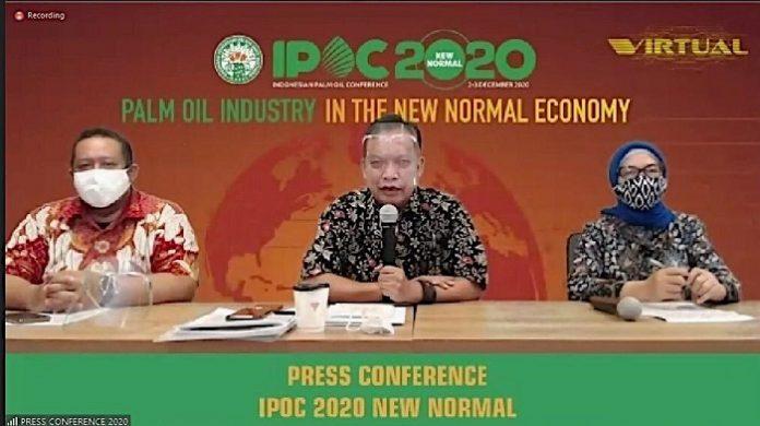 Ketua Umum GAPKI Joko Supriyono (tengah), Ketua IPOC 2020 Mona Surya (kanan), dan Wakil Sekretaris Jenderal GAPKI Agam Fatchurohman (kiri) dalam konferensi pers penyelenggaraan IPOC 2020. Foto: GAPKI