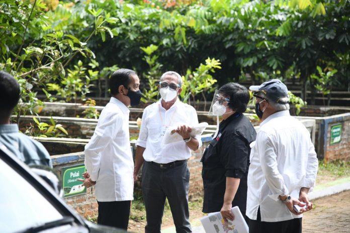 Dirjen PDASHL Hudoyo Orief saat menjelaskan kondisi lokasi pembibitan Rumpin seluas 128 hektar, disaksikan Menteri LHK Siti Nurbaya dan Menteri PU dan Perumahan, Basoeki, saat kunjungan Presiden Joko Widodo,meninjau lokasi itu. Foto: KLHK
