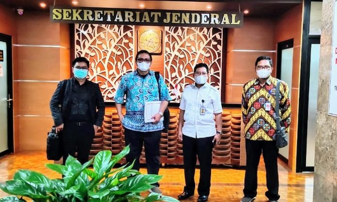 Ketua Umum Dewan Pengurus Pusat (DPP) Asosiasi Petani Kelapa Sawit Indonesia (APKASINDO) Gulat Medali Emas Manurung menggutus Tim DPP APKASINDO yang dipimpin Sekretaris Jenderal DPP APKASINDO Rino Afrino (kedua dari kiri) untuk melakukan audiensi ke pucuk pimpinan Kementerian Lingkungan Hidup dan Kehutanan (KLHK) guna membahas aspirasi serta poin-poin keberatan Petani Sawit atas beberapa pasal yang tertuang dalam Rancangan Peraturan Pemerintah (RPP) dari Undang-Undang Cipta Kerja (UUCK). Foto: APKASINDO