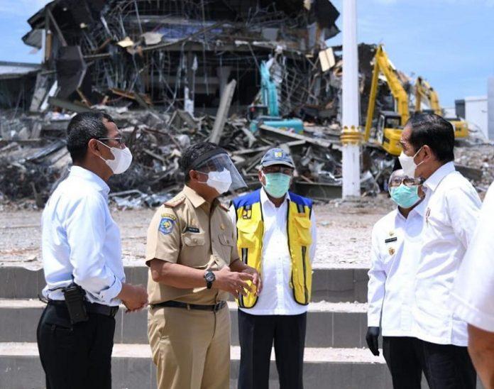 Presiden Joko Widodo ke lokasi bencana gempa di Kabupaten Mamuju adalah untuk memastikan bahwa proses evakuasi, bantuan kepada masyarakat, logistik pengungsi, dan tenda pengungsi terkelola dengan baik. Foto: Kementerian PUPR