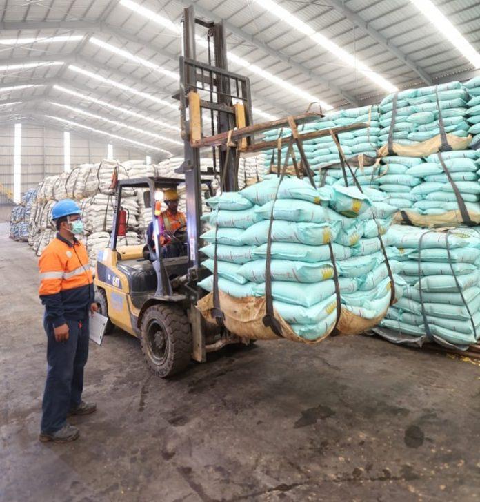 Pupuk Mahkota tidak hanya menjamin ketersediaan produk, tetapi juga turut mendampingi petani secara agronomi dalam meningkatkan produksi. Foto: Wilmar