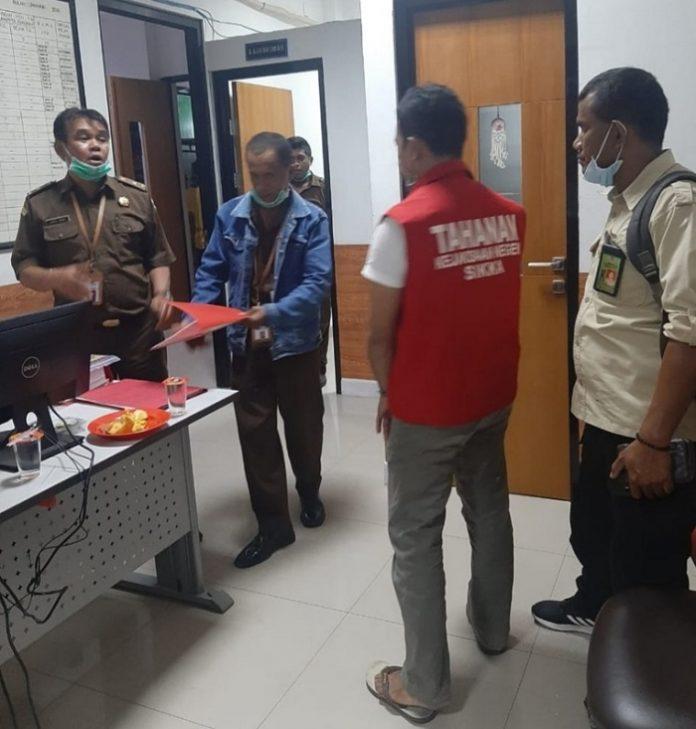 Penyerahan tersangka dan barang bukti dilakukan setelah penyidik merampungkan penyidikan dan berkas penyidikan dinyatakan P21 oleh Jaksa Peneliti Kejari Sikka pada Selasa (12/1/2021). Foto: KLHK
