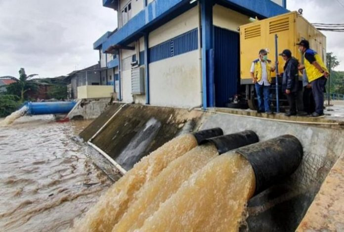 Menteri PUPR Basuki Hadimuljono (nomor satu dari kiri) meninjau kawasan terdampak banjir paling parah di Kota Bekasi. Foto: Kementerian PUPR