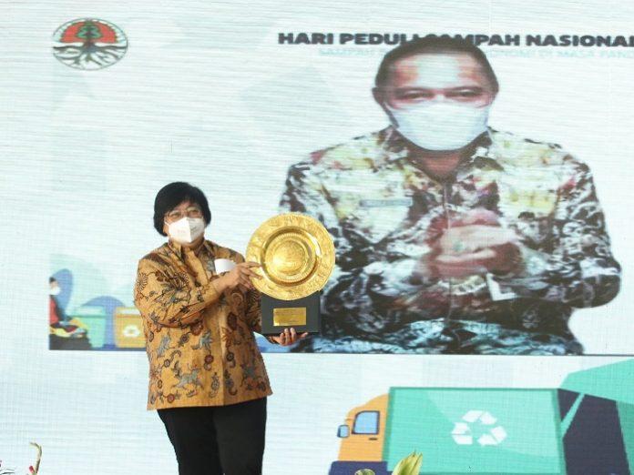 Menteri Lingkungan Hidup dan Kehutanan Siti Nurbaya beri penghargaan kepada sejumlah pemerintah daerah dan tokoh yang berpartisipasi dalam mengentaskan masalah sampah. Foto: KLHK