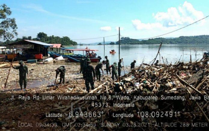 Aksi bersih-bersih sampah daerah eksisting Waduk Jatigede dimulai sejak 4 Februari 2021 lalu, di kawasan pesisir Kecamatan Wado, Kabupaten Sumedang. FotoP: Kementerian PUPR