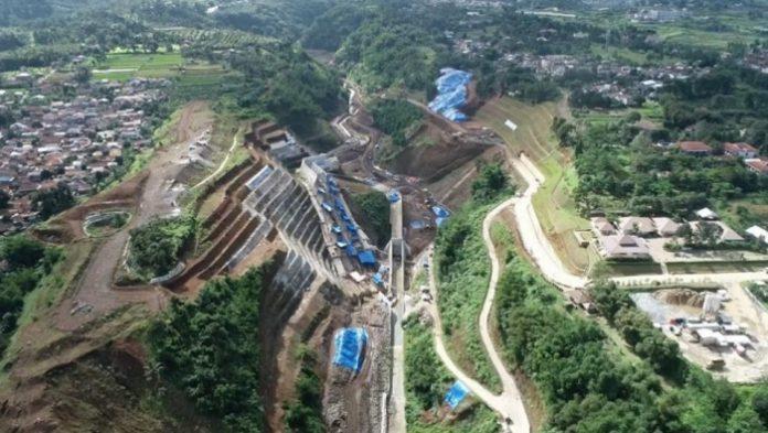 Pembangunan Bendungan Sukamahi sudah direncanakan sejak tahun 1990-an dan mulai dibangun tahun 2017 dengan progres konstruksi hingga 9 April 2021 mencapai 71,21 persen. Foto: Kementerian PUPR