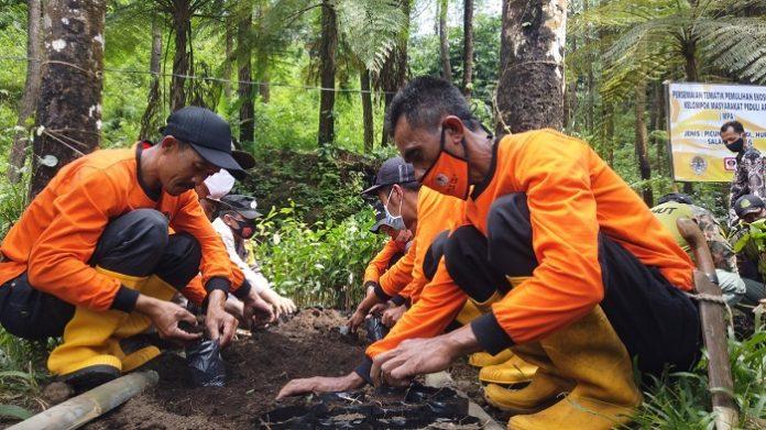 Kegiatan yang dilaksanakan oleh MPA Paralegal di Desa Bantaragung, selain melakukan patroli rutin juga melakukan penanaman pohon endemik di wilayah TNGC dan pembuatan sekat bakar serta budi daya lebah madu. Foto: KLHK