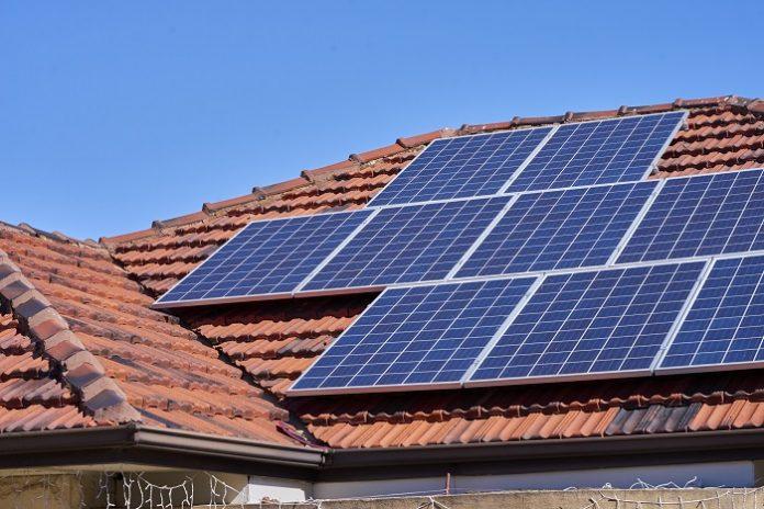 Pemasangan PLTS Atap ini secara teknis dapat mengurangi biaya tagihan listrik bulanan sekitar 30 persen dari pemakaian listrik PLN. Foto: Rumah123.com