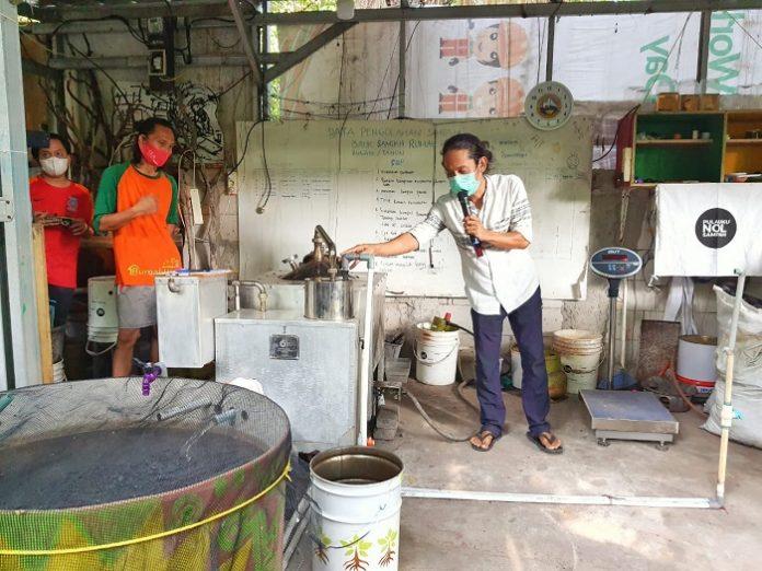 Penjelasan mengenail alat mesin pirolisis yang dapat mengubah sampah plastik menjadi bahan bakar minyak (BBM) berupa solar. Foto: KLHK