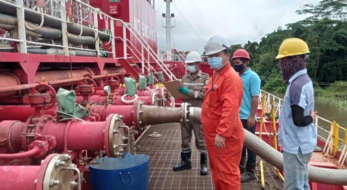 Sebanyak 7.352.860 ton produk olahan yang berasal dari sub sektor perkebunan tersebut berupa crude palm oil (CPO) atau minyak sawit mentah diberangkatkan dengan menggunakan kapal MT Hai Yan V 2015 dari Asikie, Boven Digoel. Foto: Karantina Pertanian Merauke