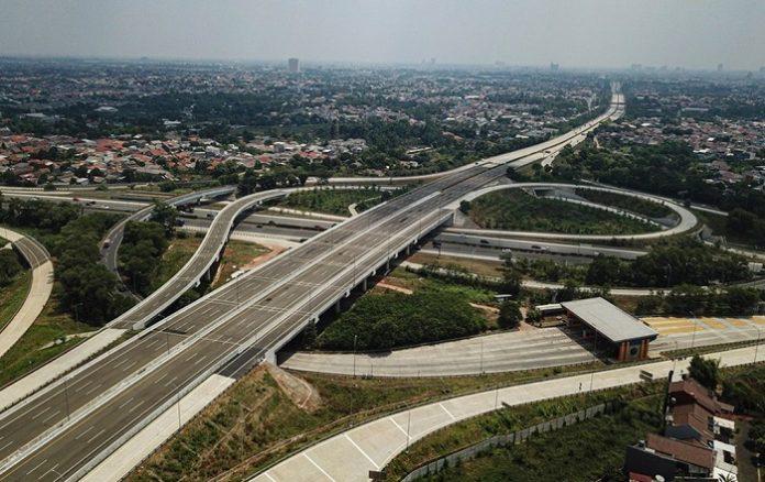 Kehadiran jalan tol yang terhubung dengan kawasan-kawasan produktif akan dapat mengurangi biaya logistik dan meningkatkan daya saing investasi. Foto: Kementerian PUPR