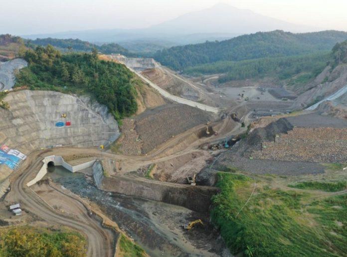Direktorat Jenderal Sumber Daya Air Kementerian Pekerjaan Umum dan Perumahan Rakyat alokasikan dana sebesar Rp 11,35 triliun untuk melanjutkan 34 bendungan, pembangunan empat bendungan baru, dan revitalisasi tiga danau prioritas. Foto: Kementerian PUPR