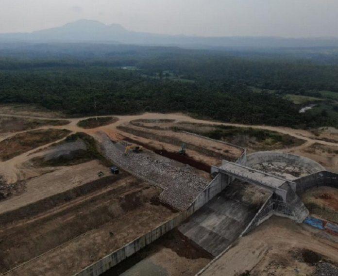 Kehadiran Bendungan Semantok akan dimanfaatkan sebagai pengendali banjir di Kecamatan Rejoso untuk menahan air yang berlimpah saat musim hujan, serta memiliki potensi sebagai produksi air baku, dan pariwisata yang dapat menumbuhkan ekonomi lokal. Foto: Kementerian PUPR