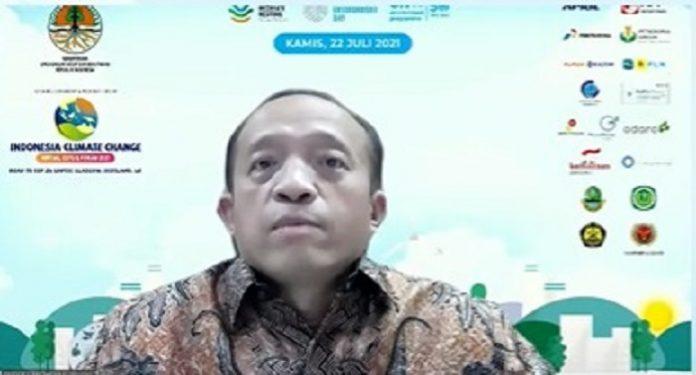 ekretaris Jenderal Kementerian Lingkungan Hidup dan Kehutanan (KLHK) Bambang Hendroyono menyatakan bahwa Integrasi isu perubahan iklim dalam perencanaan ruang, perencanaan pembangunan dan perencanaan kegiatan serta pelaksanaan perizinan berusaha harus lebih ditekankan. Foto: KLHK