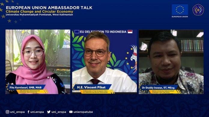 """Vincent Piket (tengah), Duta Besar Uni Eropa untuk Indonesia dan Brunei Darussalam, saat memberikan kuliah umum bertajuk """"EU AmbassadorTalk - Climate Change and Circular Economy"""" yang digelar secara online Universitas Muhammadiyah (UM) Pontianak, Selasa (6/7/2021). Foto: UE"""