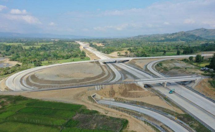 Pembangunan jalan tol sendiri juga dikaitkan dengan pengembangan kawasan-kawasan produktif seperti kawasan industri, pariwisata, bandara, pelabuhan untuk meningkatkan kelancaran logistik dan mendorong minat investasi. Foto: Kementerian PUPR