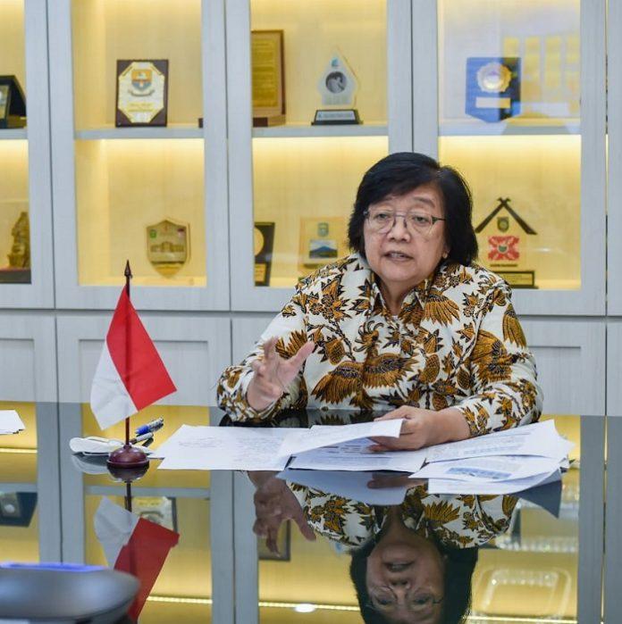 Menteri Lingkungan Hidup dan Kehutanan Siti Nurbaya hentikan kegiatan proyek karbon yang melanggar peraturan. Foto: KLHK